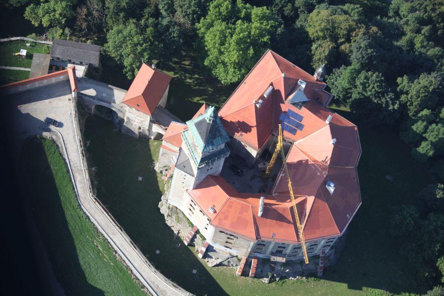 Schlossdach Sanierung mit Biberschwanz