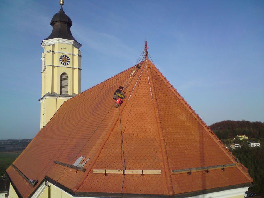 Kirchendach mit Biberschwanz